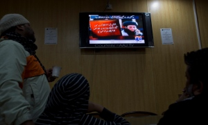 People watch a news report on TV about newly selected leader of Pakistani Taliban leader Mullah Fazlullah at a coffee shop in Islamabad, Pakistan, Thursday, Nov. 7, 2013. (AP / B.K. Bangash)
