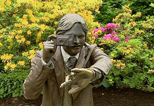 This bronze photographer is missing one of his subjects at Queen Elizabeth Park thanks to a metal theft.