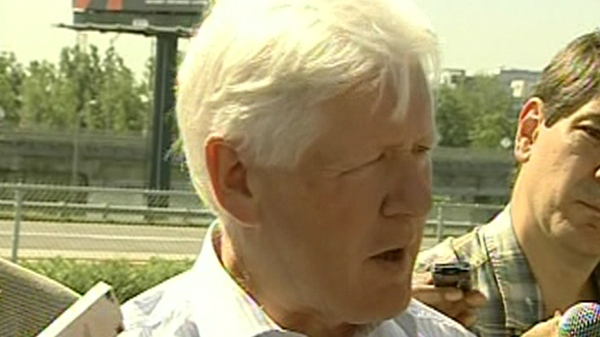 Liberal leader Bob Rae says the government needs to replace the Champlain Bridge (July 14, 2011)