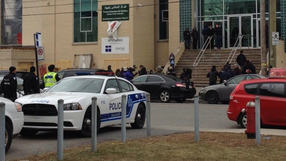 Police officers stand outside a mosque in St. Laurent while a memorial service for slain taxi driver Ziad Bouzid takes place (Nov. 26, 2013. Cindy Sherwin)