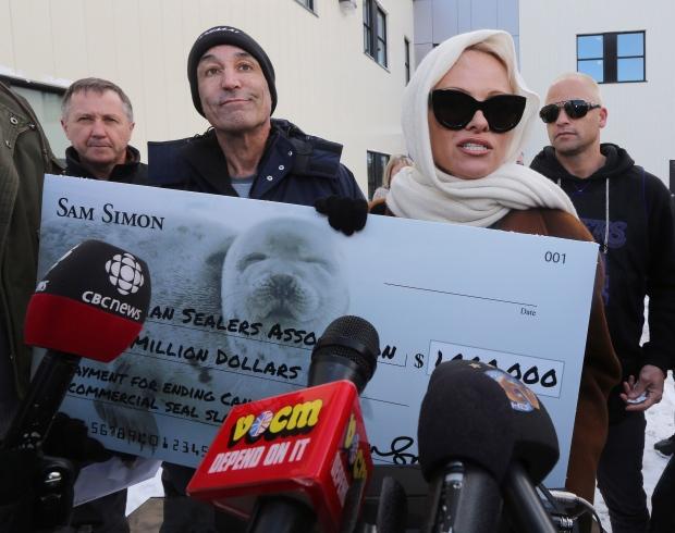 Pamela Anderson offers 1M