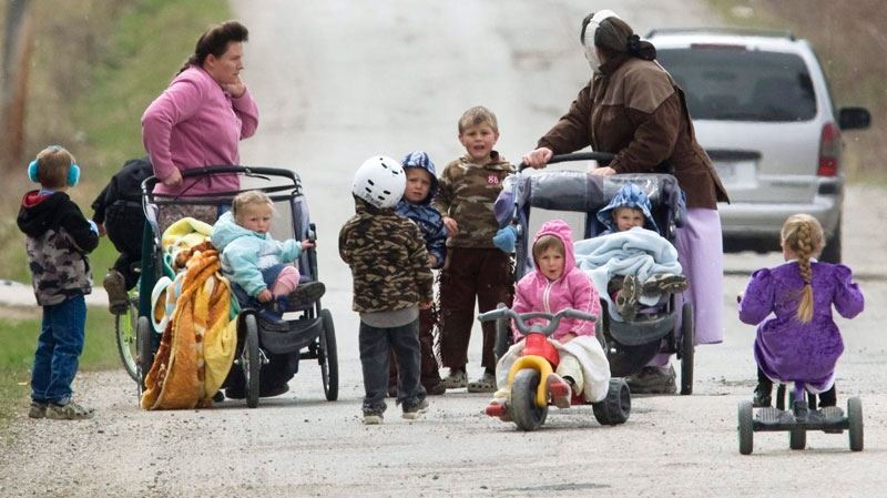 Members of the polygamous community of Bountiful, B.C. walk down a road near Creston, B.C. Monday, April 21, 2008.  (Jonathan Hayward / THE CANADIAN PRESS)