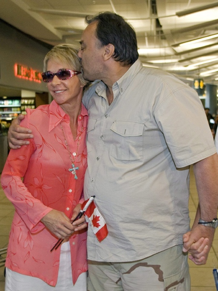 Michael Kapoustin kisses his wife Tracy after arriving at Vancouver International Airport in Richmond, Sunday, July 6, 2008. (Richard Lam / THE CANADIAN PRESS)