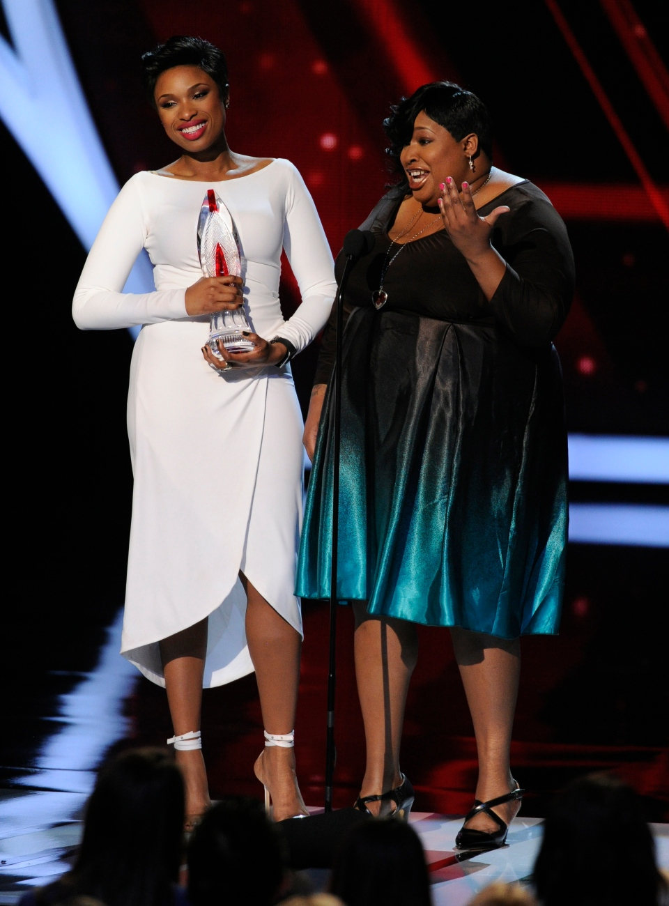 Jennifer Hudson, left, and Julia Hudson accept the favorite humanitarian award at the 40th annual People's Choice Awards at the Nokia Theatre L.A. Live on Wednesday, Jan. 8, 2014, in Los Angeles. (Photo by Chris Pizzello/Invision/AP)