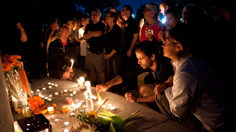 Mourners hold a candlelight vigil in a park for Jack Layton in Montreal, Monday, Aug. 22, 2011. (Paul Chiasson / THE CANADIAN PRESS)