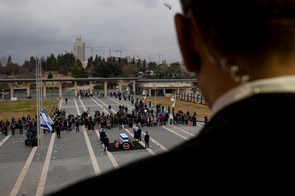 Israelis pass by the coffin of former Israeli Prime Minister Ariel Sharon at the Knesset plaza, in Jerusalem, on Jan. 12, 2014. (AP / Oded Balilty)