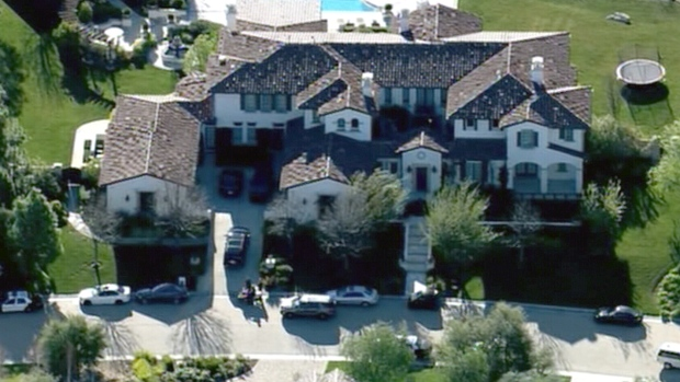 LIVE2:  Police surround Justin Bieber's house