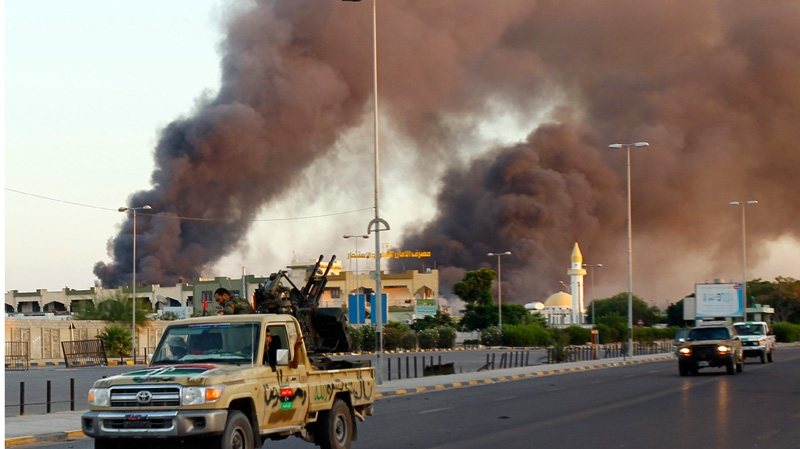 Libyan rebels rush in Abu Salim district in Tripoli, Libya, Thursday, Aug. 25, 2011. (AP / Francois Mori)
