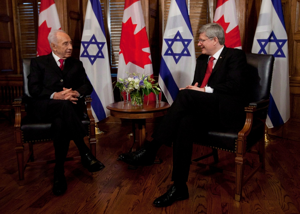 Israel President Shimon Peres talks with Canadian Prime Minister Stephen Harper before a meeting on Parliament Hill in Ottawa on Monday, May 7, 2012. (Adrian Wyld / THE CANADIAN PRESS)