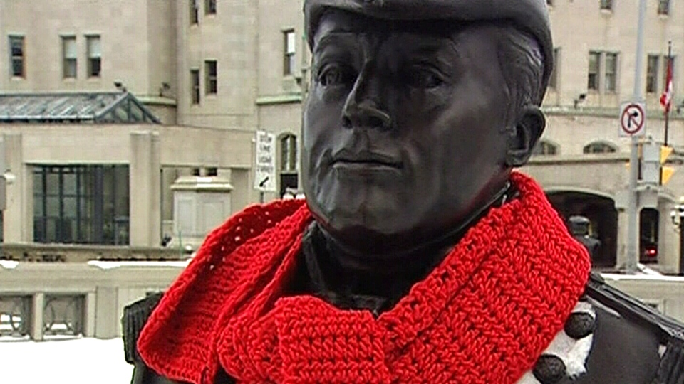 A mysterious Good Samaritan has been outfitting Ottawa statues with scarves as temperatures drop across the region.