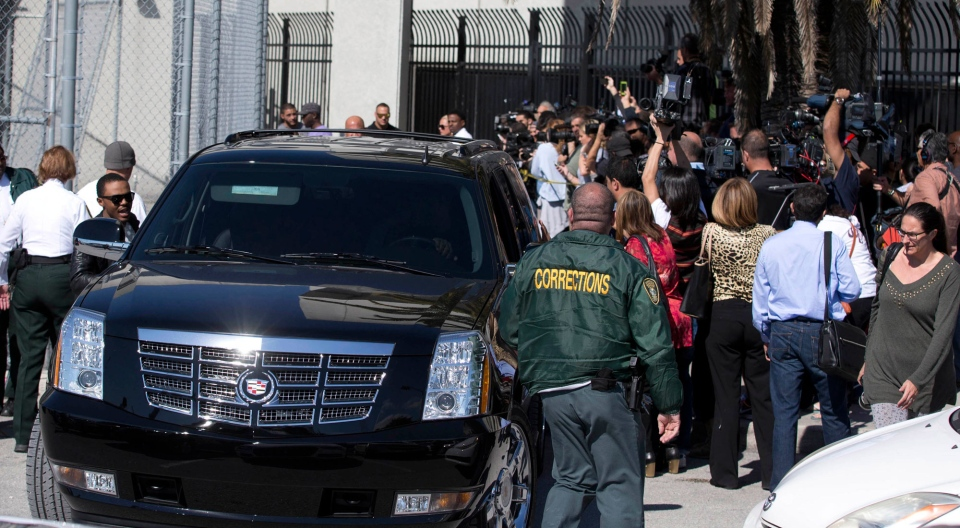 Fans and members of the media surround the motorcade as they wait for pop singer Justin Bieber, at Turner Guilford Knight Correctional Center in Miami, Thursday Jan. 23, 2014. (AP / Wilfredo Lee)