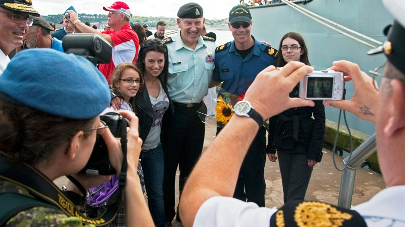 Chief of the Defence Staff, Gen. Walter Natynczyk, poses with crew members from HMCS Charlottetown after an emotional welcome in Halifax following a five-month deployment with NATO forces off Libya on Friday, Sept. 2, 2011. (Andrew Vaughan / THE CANADIAN PRESS)