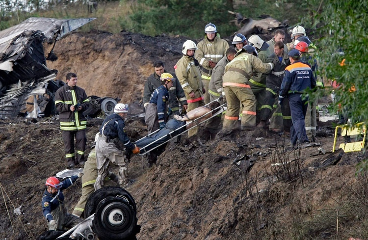 Rescuers lift a stretcher with the body of a victim out of the river, at the crash site of Russian Yak-42 jet near the city of Yaroslavl, on the Volga River about 340 km northeast of Moscow, Russia, Wednesday, Sept. 7, 2011. (AP / Misha Japaridze)