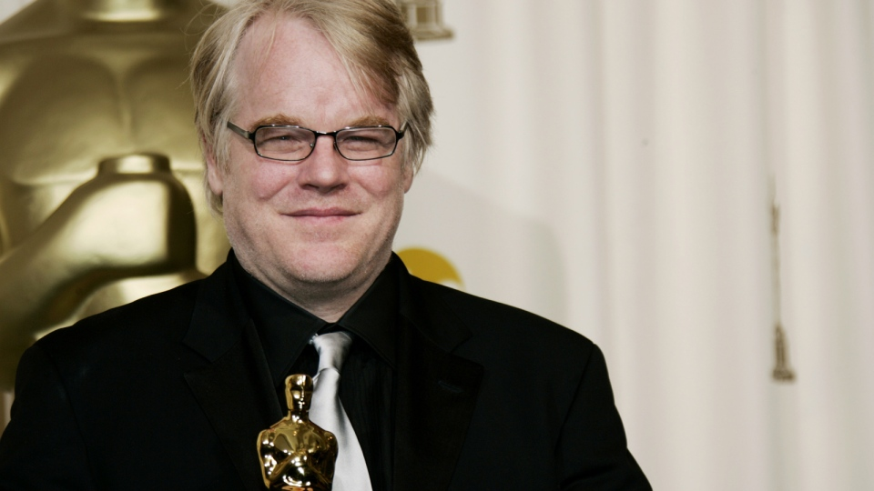 Philip Seymour Hoffman poses with the Oscar he won for best actor for his work in 'Capote'