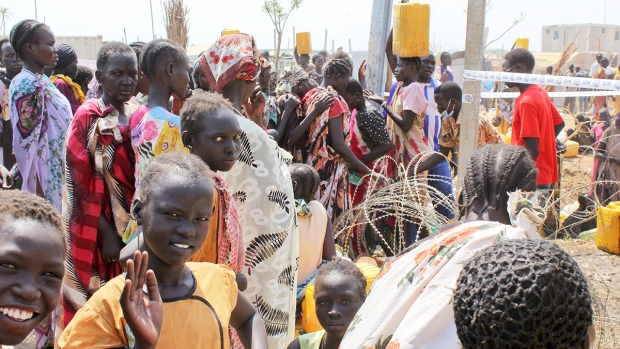 Displaced South Sudanese women queue for water