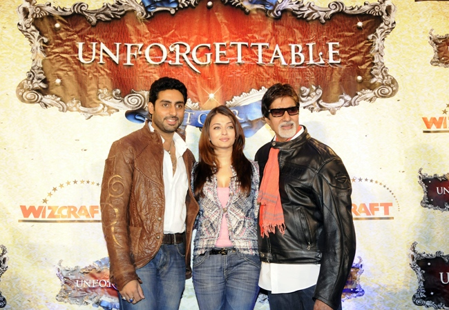 Aishwarya Rai Bachchan, centre, husband Abhishek Bachchan, left, and Amitabh Bachchan pose during a press conference for 'The Unforgettable Tour' in Toronto, Thursday, July 17, 2008. (Aaron Harris / THE CANADIAN PRESS)
