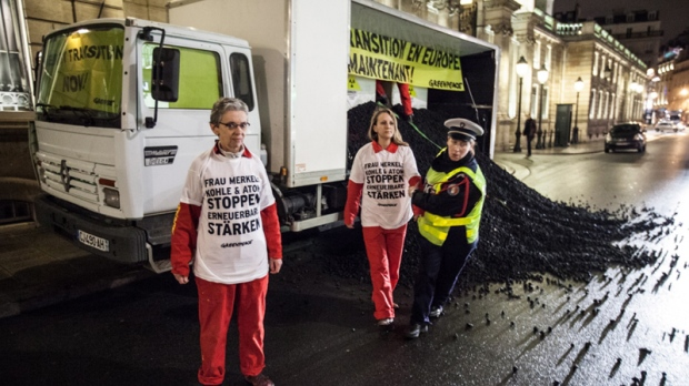 Greenpeace at France's presidential palace