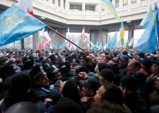 Clashes erupt in Crimea, Ukraine