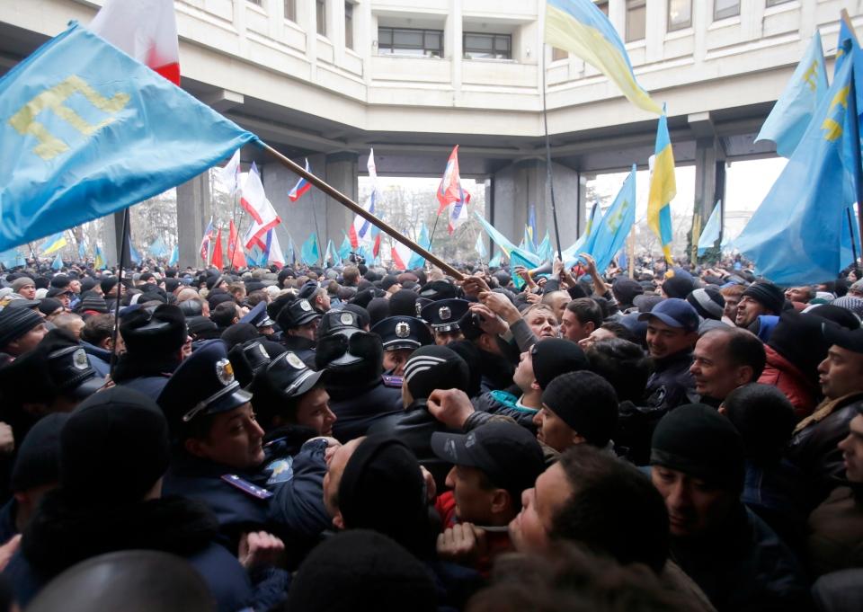 Clashes erupt in Crimea, Ukraine