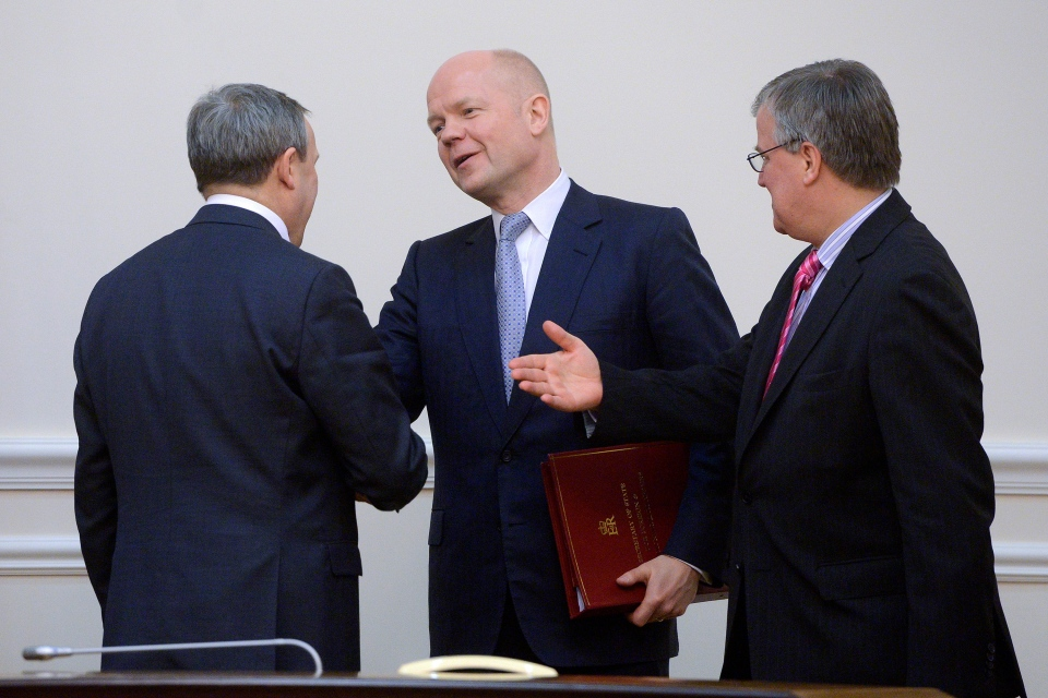 British Foreign Secretary William Hague, centre, speaks with an unidentified Ukrainian official prior to his meeting with Ukrainian Prime Minister Arseniy Yatsenyuk in Kyiv, Ukraine, Monday, March 3, 2014. (AP Photo/Andrew Kravchenko, Pool)