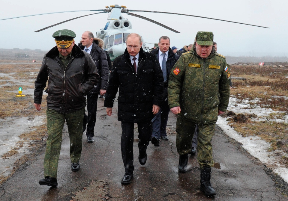 Russian President Vladimir Putin, centre, walk to watch military exercise near St.Petersburg, Russia on March 3, 2014. (RIA-Novosti / Mikhail Klimentyev / Presidential Press Service)