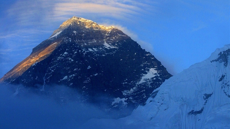 The 8,850-metre Mount Everest is seen from above Everest Base Camp, Nepal, May 26, 2003. (AP / Gurinder Osan)