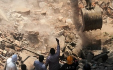 Crane clears debris after India building collapse