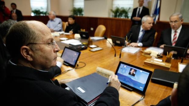 Israeli Defence Minister Moshe Yaalon, left.