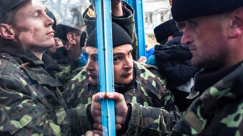 Ukrainian servicemen defend the entrance of the Ukrainian navy headquarters in Sevastopol, Crimea, Wednesday, March 19, 2014. (AP / Andrew Lubimov)