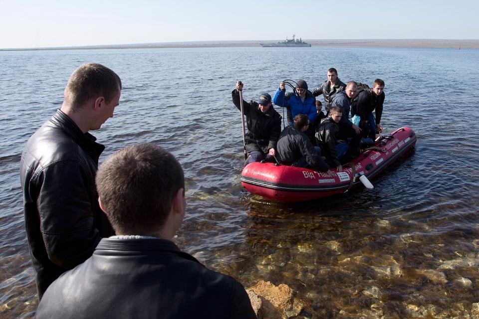 Ukrainian sailors leave the Konstantin Olshansky navy ship in the bay of Donuzlav, Crimea, Monday, March 24, 2014. (AP / Pavel Golovkin)
