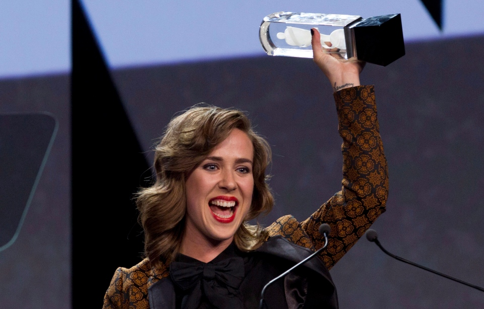Serena Ryder celebrates her Juno Award for Artist of the Year during the Juno Gala in Winnipeg on Saturday, March 29, 2014. (THE CANADIAN PRESS/John Woods)