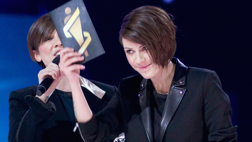 Tegan and Sarah celebrate their Juno for Single of the Year during the Juno Awards in Winnipeg, Sunday, March 30, 2014. (John Woods / THE CANADIAN PRESS)