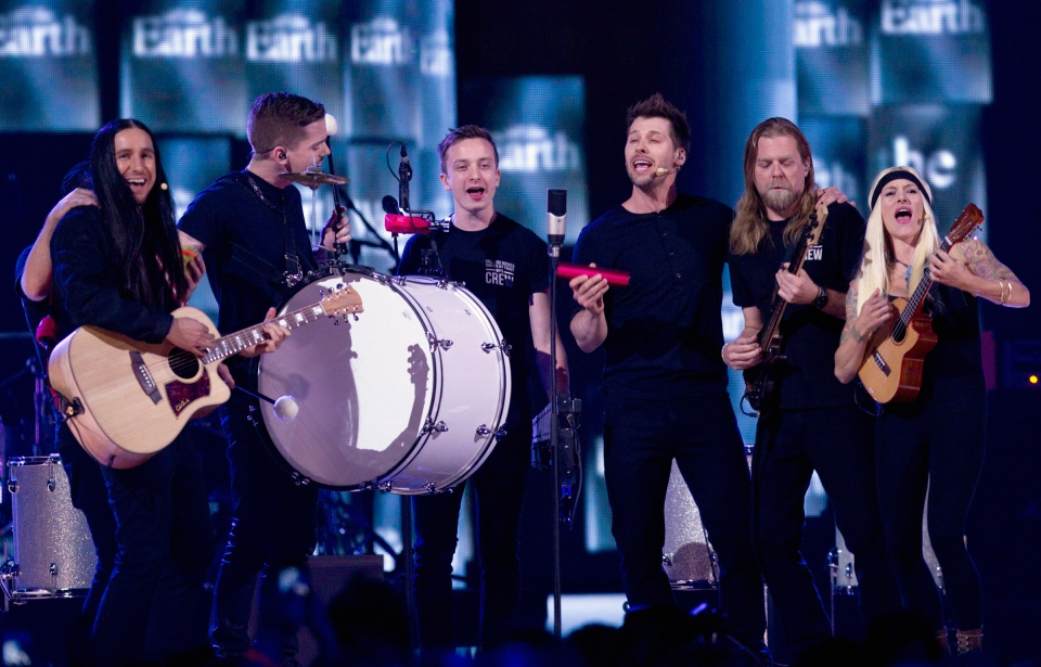 Members of the band Walk off the Earth play during the Juno Awards in Winnipeg, Sunday, March 30, 2014. (John Woods / THE CANADIAN PRESS)