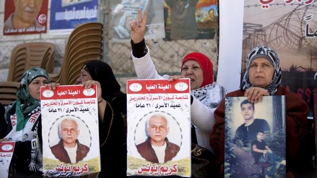 Deal on Mideast peace talks extension