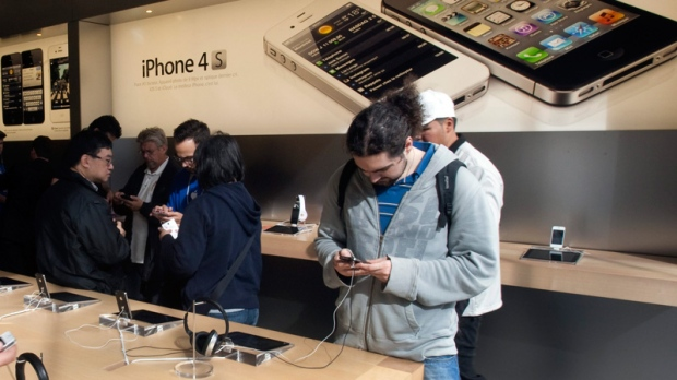 Wait over, Apple fans get hands on new iPhone 4S