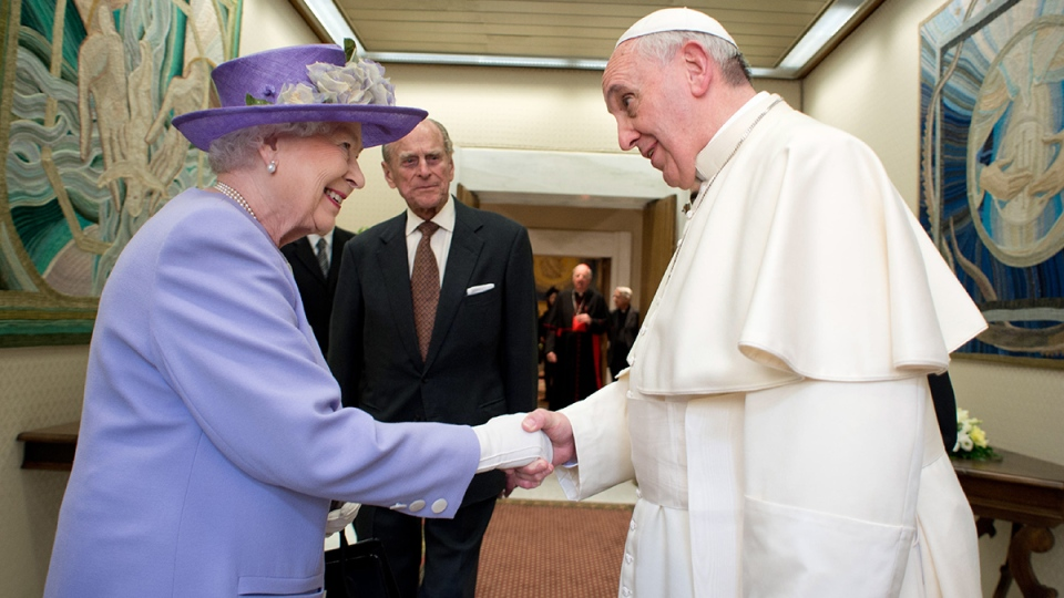 Pope Francis welcomes Queen Elizabeth II, at the Vatican Thursday, April 3, 2014. (AP / L'Osservatore Romano)