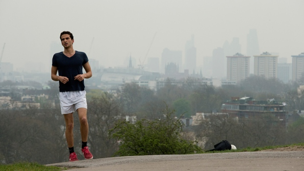 London covered in smog for a second day