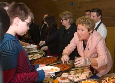 Pauline Marois serves brunch during campaign stop
