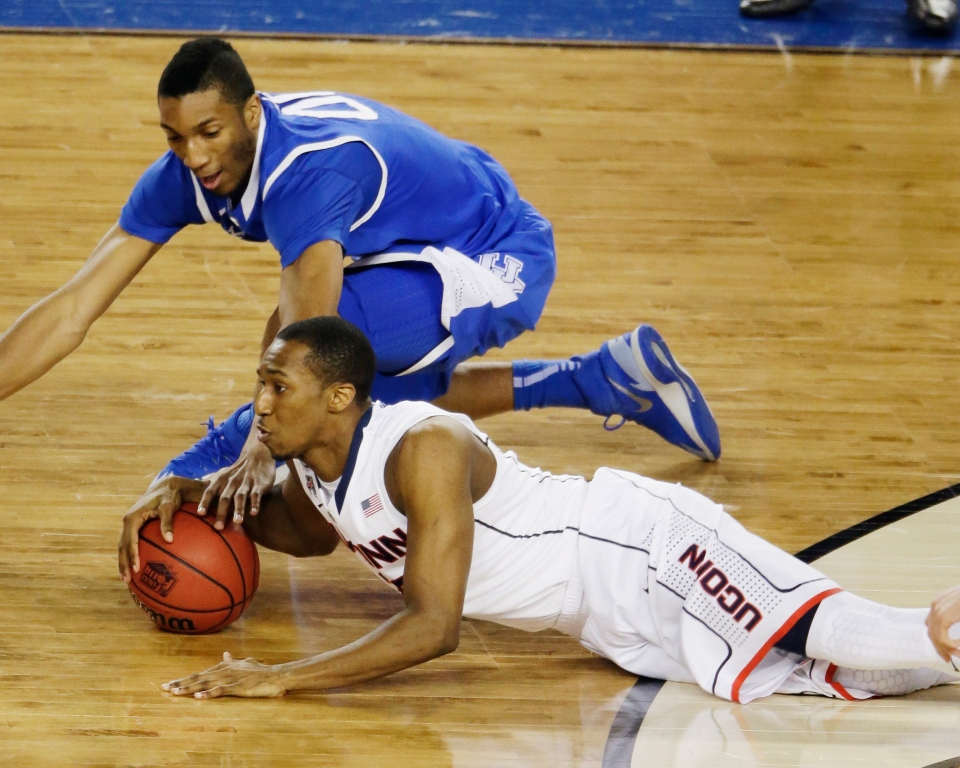Connecticut guard Lasan Kromah and Kentucky forward Marcus Lee go after a loose ball during the first half of the NCAA Final Four tournament college basketball championship game Monday, April 7, 2014, in Arlington, Texas. (AP Photo/Tony Gutierrez)
