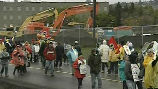 Striking McGill support workers set up a picket line at the McGill superhospital construction site (Oct. 20, 2011)