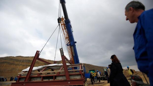 Hoisting mammoth skeleton in Kostolac, Serbia
