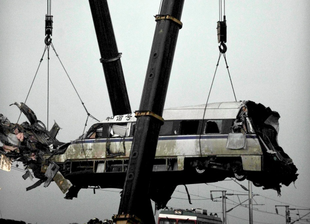 Train derails in China