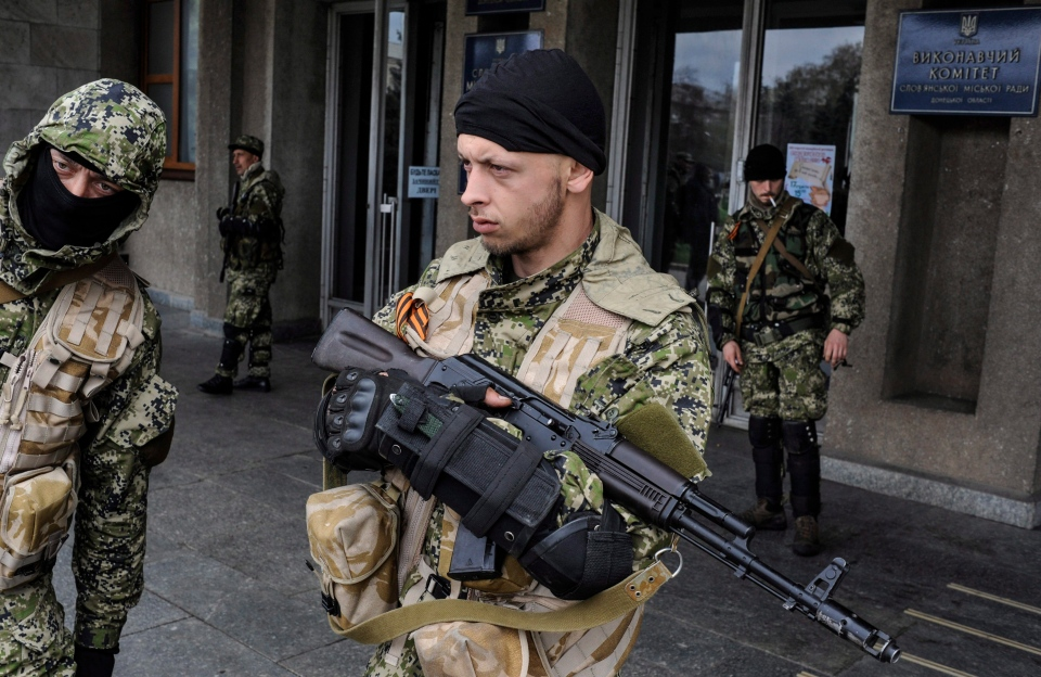 Armed pro-Russian activists stand outside the Ukrainian regional administration building which they seized in the eastern Ukrainian town of Slovyansk, Ukraine, Monday, April 14, 2014. (AP / Evgeniy Maloletka)