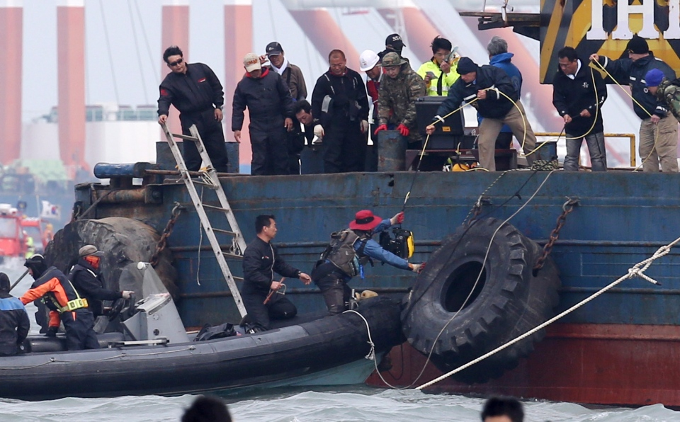 U.S. technicians put the ROV or remotely-operated vehicle to South Korean rescue team members for searching passengers of the sunken ferry Sewol in the water off the southern coast near Jindo, South Korea, Monday, April 21, 2014. (AP / Yonhap)