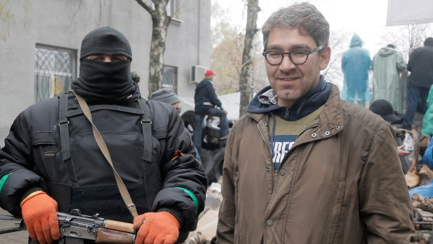 Simon Ostrovsky, right, in Slovyansk, Ukraine
