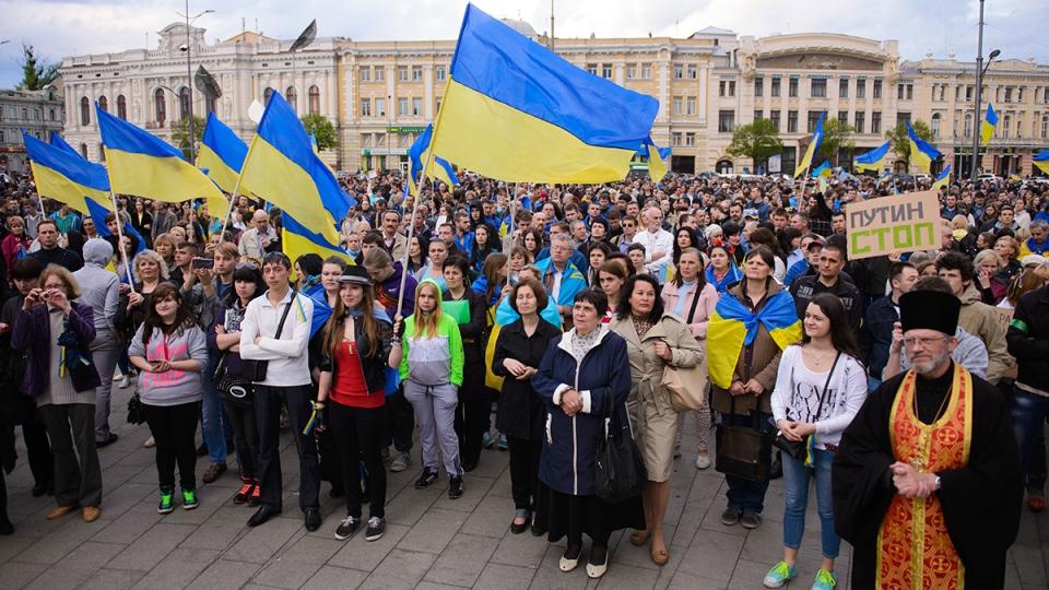 Ukrainians pray during a rally for a united Ukraine in Kharkiv, Ukraine, Wednesday, April 23, 2014. (AP / Olga Ivashchenko)