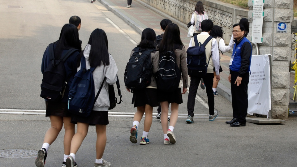 Senior students arrive at Danwon High School in Ansan, south of Seoul, Thursday, April 24, 2014 for the first time since its closure after the ferry Sewol sank in the water off the country's southern coast, with many of the school students on board. (AP / Lee Jin-man)