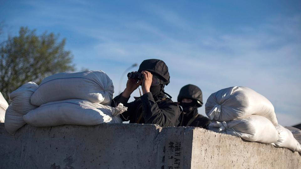 Members of Ukrainian special forces man a check point near Donetsk, Ukraine, Thursday, April 24, 2014. (AP / Manu Brabo)