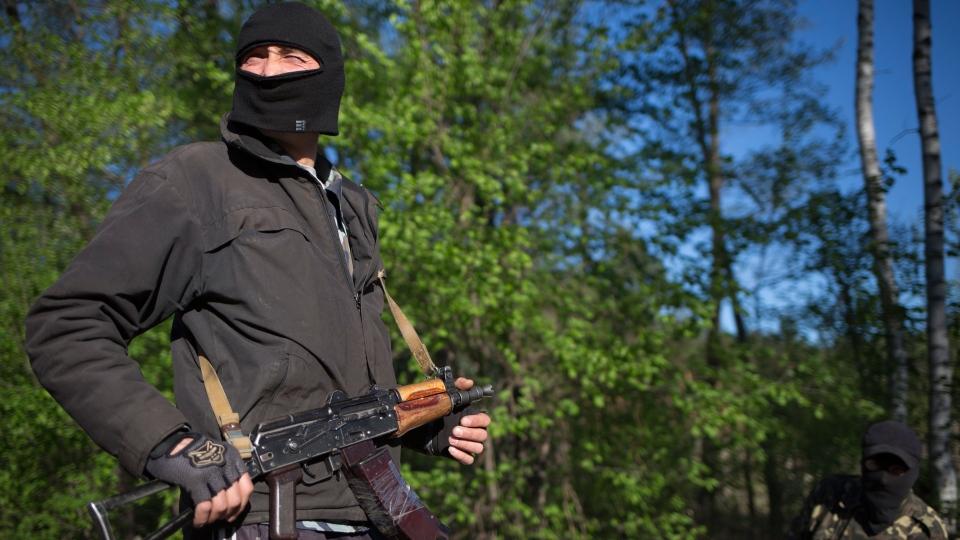 A pro-Russian armed man guards a checkpoint near Krasny Linam village outside Slovyansk, Ukraine, Thursday, April 24, 2014. (AP / Alexander Zemlianichenko)