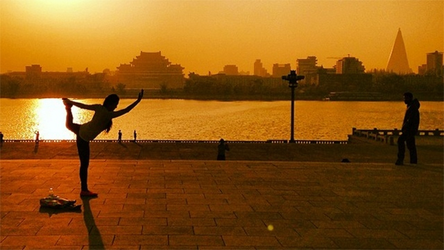 Early-morning yoga in Pyongyang, North Korea (jloong / Instagram)